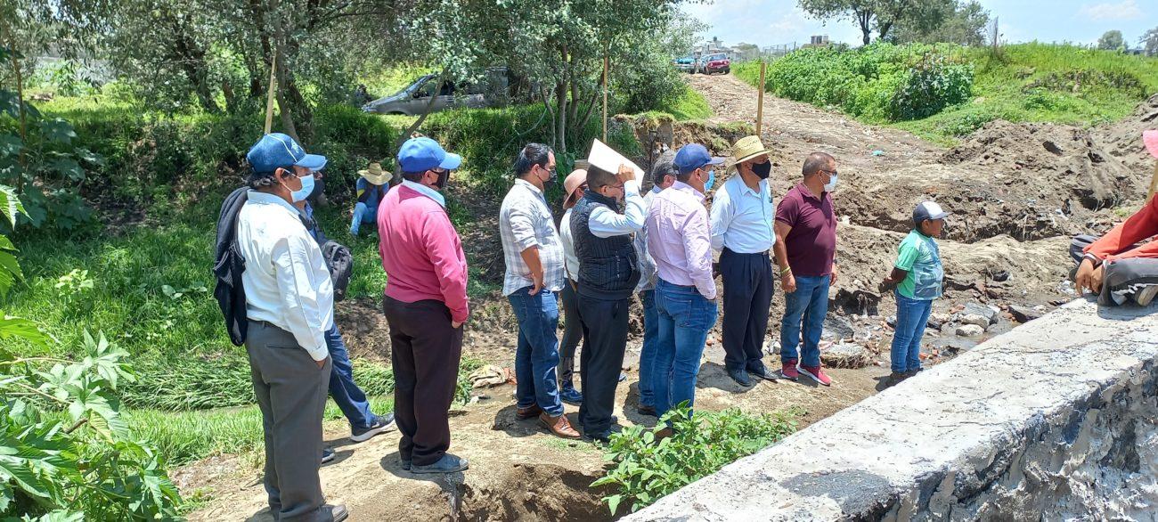 Personas visitan zona de obra en Zacatepec